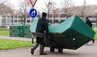 Mitarbeiter einer Umzugsfirma lagern die Freiluftmöbel ein. Foto: Universität Bielefeld
