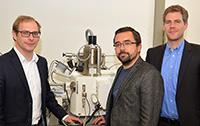 Dr. Alexander Böhnke, Dr. Timo Kuschel und Dr. Torsten Hübner (v.l.) forschen zu einem neuartigen Strom, der Elektronikteile ermöglichen soll – winziger und energiesparender als heutige Bauteile.Foto: Universität Bielefeld