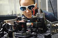 In Experimenten - unter anderem an der Universität Greifswald – testen die Forschenden, welches Material den Spin-Strom am effektivsten erzeugen kann. Foto: Universität Greifswald