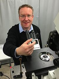 Dr. Mark Schüttpelz entwickelt ein Verfahren für die hochauflösende Mikroskopie. Foto: Universität Bielefeld