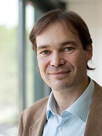 Prof. Dr. Harald Gröger erforscht, wie Nitrile effizient und umweltfreundlich erzeugt werden können. Foto: Universität Bielefeld