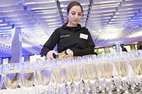 6.000 Gläser stehen beim Absolvententag bereit. Foto: Universität Bielefeld / R. Litera