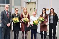Preisvergabe für ausgezeichnete Abschlussarbeiten (v.l.): Ralf Bednarz (AOK), Dr. Cona Ehresmann, Stefanie Griep, Carina Oedingen, Lea Stark, Prof. Dr. Kerstin Hämel. Foto: Universität Bielefeld/Ch. Dockweiler