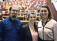 Thomas Weike, Lisa Hüttemann und Ann-Christin Moritzer (v.l.) wurden bei der Absolventenfeier der Fakultät für Chemie ausgezeichnet.Foto: Universität Bielefeld