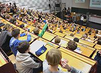 """An drei Freitagen im März können 800 Kinder wieder """"Uni-Luft"""" schnuppern. Foto: Universität Bielefeld"""
