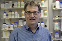 Der Biochemiker Prof. Dr. Thomas Dierks forscht zu Erbkrankheiten und Therapie-Konzepten, wobei defekte Enzyme und deren Ersatz im Mittelpunkt stehen. Foto: Universität Bielefeld
