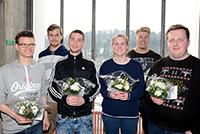 Florian Platzbecker, Tobias Pöhl, Marcel Smith, Annalena Lausch, Jacob Meyer und Kilian Krupinski (v.l.) erhielten auch einen Gutschein für den UniShop. Foto: Universität Bielefeld
