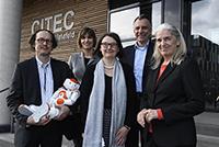 Sie feiern heute das zehnjährige Bestehen von CITEC (v.l.): CITEC-Koordinator Prof. Dr. Helge Ritter mit Roboter Nao, Geschäftsführerin Anita Adamczyk, die stellvertretende Koor-dinatorin Prof. Dr.-Ing. Britta Wrede, Rektor Prof. Dr.-Ing. Gerhard Sagerer und NRW-Wissenschaftsministerin Isabel Pfeiffer-Poensgen. Foto: CITEC/Universität Bielefeld