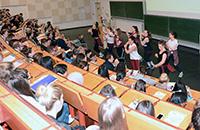 Tanzgruppen des Hochschulsports präsentieren Hip Hop bei der Erstsemesterbegrüßung im Sommersemester 2018.
