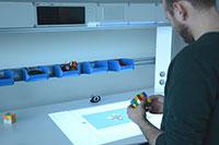 In wenigen Schritten zum Ziel: Eine intelligente Werkbank zeigt, wie der Zauberwürfel gelöst werden kann. Foto: CITEC/Universität Bielefeld