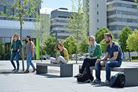 Studierende auf dem Campus