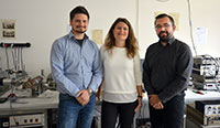 Dr. Timo Kuschel mit DoktorandinPanagiota Bougiatioti und Dr. OliverReimer (v.r.). Foto: Universität Bielefeld