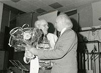 Gerd Lisken (l.) bei seiner Emeritierungsfeier im Juni 1993 mit dem damaligen Bielefelder Kulturamtsleiter Horst Adam (r.).