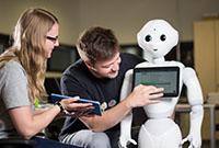 Der Roboter Pepper wird am CITEC darauf vorbereitet, mit der Umgebung zu interagieren. Foto: CITEC / F. Gentsch
