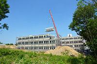 Aus 90 vorgefertigten Modulen ist der Rohbau des Bürogebäudes entstanden.
