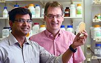 Dr. Karthikeyan Radhakrishnan und Prof. Dr. Thomas Dierks