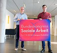 Gemeinsamer Jubiläumskongress auf dem Campus Bielefeld mit (v. l.) Prof. Dr. Michael Stricker (Dekan Fachbereich Sozialwesen der FHBielefeld) und Prof. Dr. Holger Ziegler (Fachbereich Erziehungswissenschaft der Universität Bielefeld).