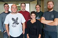 Über den Abschluss der Ausbildung an der Universität Bielefeld freuen sich Jonas Meujen, Lars Reinhardt, Damian Bredehöft, Saskia Strate, Fabian Leuschner und Dennis Hempelmann (v.l.).