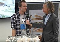 Baureporter Dirk Ludewig lässt sich vom Architekten Roland Bondzio (r.) das Modell zeigen.