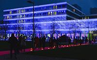 Auch 2018 werden wieder alle Absolventinnen und Absolventen über den roten Teppich von der Unihalle zum Gebäude X geleitet. Foto: Protte