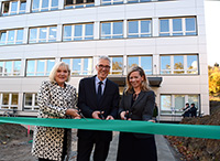 Kanzler Dr. Stephan Becker, Dr. Sandra Scheermesser vom MKW (r.) und Karin Schrader von der Stadt haben das Gebäude Z offiziell eingeweiht. Foto: Universität Bielefeld