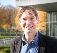 """Prof. Dr. Harald Gröger arbeitet in dem Projekt """"Bioweichmacher"""" an neuartigen Weichmachern für die Kunststoffproduktion. Foto: Universität Bielefeld"""