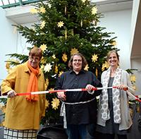 Startschuss für die Suche nach den Wünschen: Sarah aus der Tanzgruppe schneidet gemeinsam mit Johanna Will-Amstrong (l.) und Bettina Lang das Band durch. Foto: Universität Bielefeld