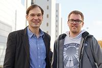 Prof. Dr. Harald Gröger und sein Mitarbeiter Tobias Betke haben eine Methode entwickelt, die dazu beiträgt, Nylon aus nachwachsenden Rohstoffen herzustellen. Foto: Universität Bielefeld