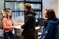 Bei Beratungsgesprächen in offenen Umgebungen kommt es häufig zu kritischen Situationen in Bezug auf Daten-schutz. Foto: CITEC/Universität Bielefeld