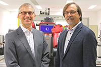 Prof. Dr. Günter Maier (li.) und Prof. Dr. Gregor Engels forschen dazu, wie sich die Digitalisierung positiv für Beschäftigte gestalten lässt. Foto: Universität Paderborn