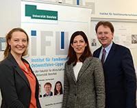 Die Professorinnen Dr. Anne Sanders und Dr. Christina Hoon bilden gemeinsam mit Prof. Dr. Fred G. Becker das geschäftsführende Direktorium des iFUn. Foto: Universität Bielefeld