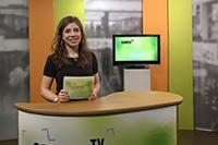 Moderatorin Johanna Pietsch präsentiert die aktuelle Satireausgabe von Campus TVFoto: Martha Schynoll / Campus TV