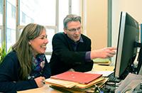 Jörg Vos gibt Raquel Bartolomé Cortés Einblicke in die Verwaltungsstrukturen.