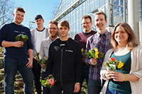Über den Abschluss der Ausbildung an der Universität Bielefeld freuen sich Paul Marteaux, Patrick Sieger, Joel Albrecht, Sascha Tim Grewe, Jan Tiemann, Ingo Kröger und Annamaria Latus (v.l.). Foto: Universität Bielefeld