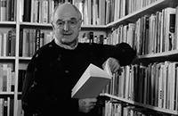 Hans-Ulrich Wehler vor seinem Bücherregal.Foto: Universität Bielefeld