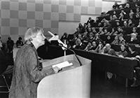 """Die bekannte Theologin Professorin Dr. Dorothee Sölle 1997 als Vortragende über """"Besitz und Besitzlosigkeit"""" in einer der ersten FOW-Veranstaltungen. Foto: Universität Bielefeld"""