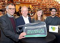 Rektor Gerhard Sagerer, OB Pit Clausen sowie Jana Freese und Sven Wolski begrüßten die neuen Studierenden an der Universität Bielefeld. Foto: Universität Bielefeld
