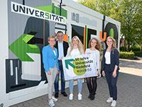 Dr. Birgit Vemmer, Prof. Dr.-Ing. Gerhard Sagerer,  Sarah Hölscher, Kathrin Hadzik und Anika Kilian (v.l.) präsentieren den Show Room für das Jubiläumsjahr der Universität Bielefeld.