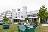 Die Fahnen im neuen Corporate Design der Universität. Foto: Universität Bielefeld