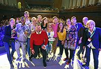 Die Finalistinnen und Finalisten des FameLab Germany-Entscheids inklusive der Bielefelder Studierenden: Valerie Vaquet (4. v. l.) und Alexander Schulze (5. v. l., hinten). Foto: Bielefeld Marketing / Sarah Jonek