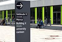 Die Leitstehelne weisen jetzt auf die die Gebäude auf dem Campus. Foto: Universität Bielefeld