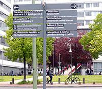 Der Schilderbaum weist den Weg zu den verschiedenen Gebäuden auf dem Campus. Foto: Universität Bielefeld