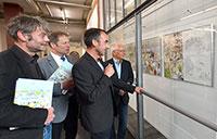 Peter Menne (2.v.r) erläutert Verleger Roland Siekmann, Prof. Dr. Reinhold Decker und Jürgen Heinrich von der Universitätsgesell-schaft (v.l.) den Entstehungsprozess. Foto: Universität Bielefeld