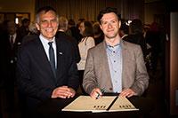 Rektor Prof. Dr.-Ing. Gerhard Sagerer mit dem Komponisten Fabien Lévy, der ein Werk zum Universitätjubiläum komponiert hat. Foto: Universität/S. Sättele