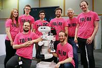 """Das """"Team of Bielefeld"""" ging mit dem Robotermodell TIAGo in den Wettbewerb. Teamchef ist Dr.-Ing. Sven Wachsmuth (2. v.r.). Foto: CITEC/Universität Bielefeld"""