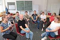 Werkstätten in Bewegung: Angeleitet von Forschenden der Universität lernen die Mitarbeitenden der Werkstatt Übungen für die Bewegungspause.Foto: Bethel / P. Schulz