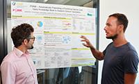 Prof. Philipp Cimiano (li.) und sein Mitarbeiter Hendrik ter Horst (re.) entwickeln ein System, das automatisiert Forschungsergebnisse zu Rückenmarksverletzungen auswertet. Foto: CITEC/Universität Bielefeld