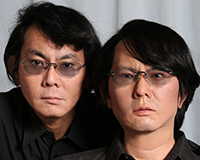 "Prof. Dr. Hiroshi Ishiguro (li.) ist bekannt für seinen Roboter-Doppelgänger (re.). Der Robotikforscher ist zu Gast beim ""Science Cinema spezial"" am 23. Oktober in der Kamera.  Foto: Universität Osaka, Intelligent Robotics Laboratory"