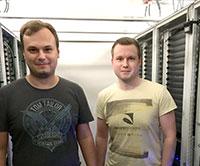 Marius Neumann (l.) und Luis Altenkort im Kältegang des GPU-Clusters. Die wissenschaftlichen Hilfskräfte helfen bei Fragen zur Nutzung.Foto: Universität Bielefeld