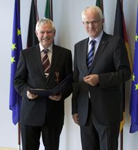 NRW Ministerpräsident Dr. Jürgen Rüttgers überreichte Prof. Dr. Alfred Pühler das Bundesverdienstkreuz.